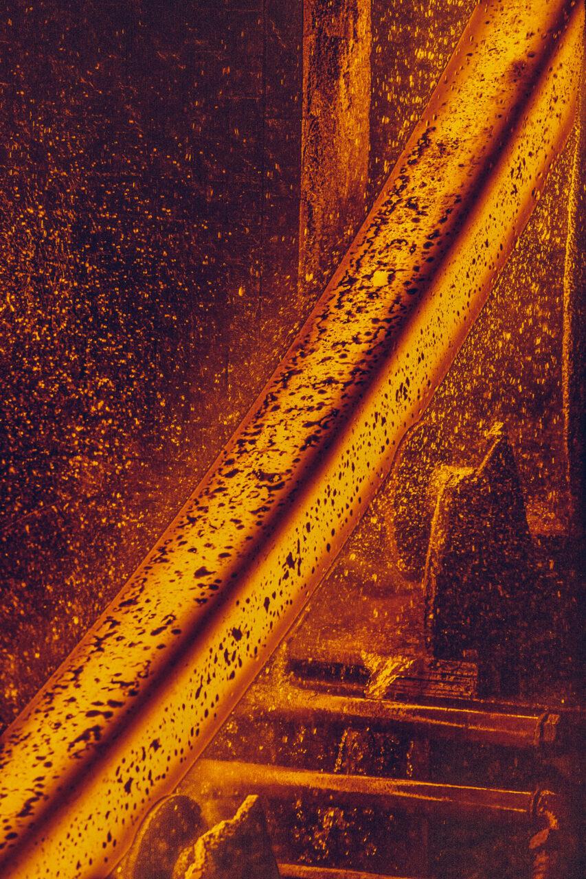 glühend roter, heisser Stahl bei Feralpi